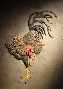 壁に軍鶏の立体造形